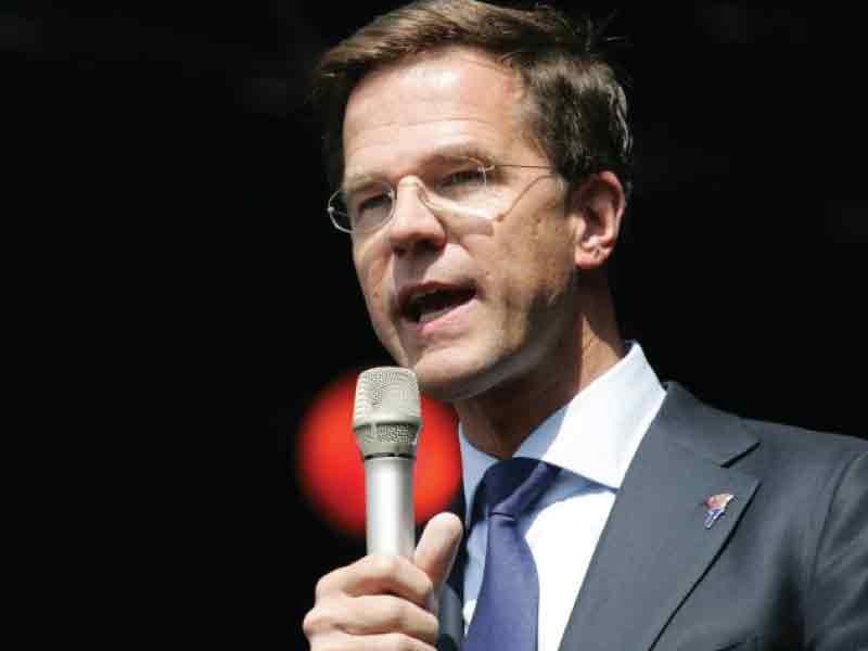 Minister-president Mark Rutte reikt Flevopenning Toponderneming uit tijdens ondernemersgala op 21 februari 2020 in Lelystad